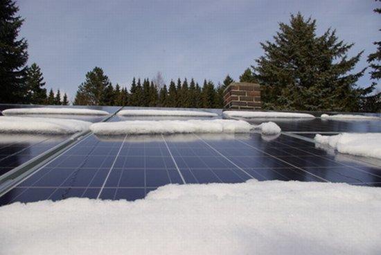 Schnee auf Photovoltaik-Anlage
